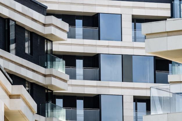 Elementy elewacji nowoczesnego budynku w europejskim mieście z balkonami
