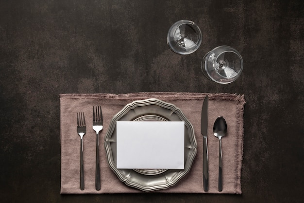 Elementy etykiety stołu leżały płasko