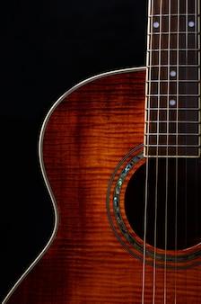 Elementy gitary akustycznej z bliska