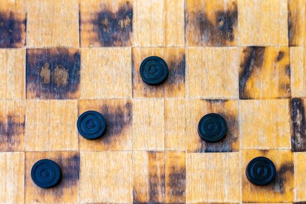 Elementy gry checker, koncepcje walki, strategii i konfrontacji.