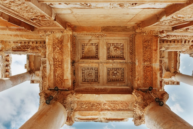 Elementy kolumn struktury architektonicznej na tle błękitnego nieba biblioteki celsusa w efezie, turcja