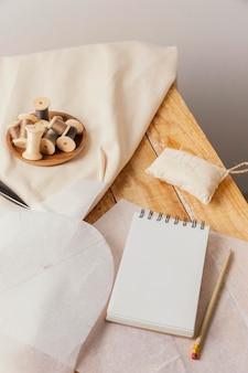Elementy krawieckie i wysoki kąt notebooka