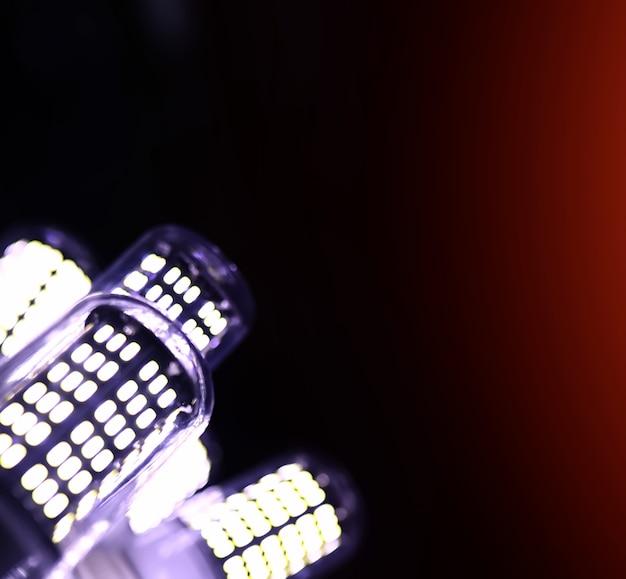Elementy led w lampie. lampy z diodami. wiele jasnych świateł z lampy diodowej.