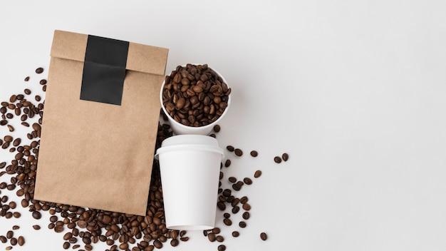 Elementy marki kawy z widokiem z góry z miejscem na kopiowanie