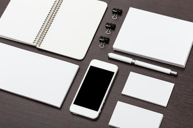 Elementy marki z nagłówkiem i tożsamością z płasko ułożonym smartfonem