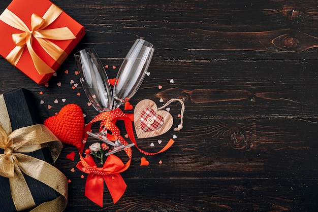 Elementy miłości, koncepcja na walentynki. obiad dla dwojga z dwiema lampkami szampana.