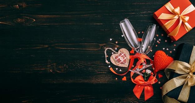 Elementy miłości, koncepcja na walentynki. uroczysta kolacja dla dwojga z dwiema lampkami szampana.