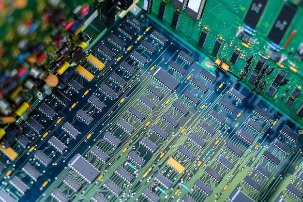 Elementy płytki drukowanej z obwodami elektronicznymi i układ scalony ic z bliska
