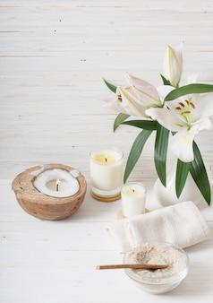 Elementy spa na biały drewniany stół