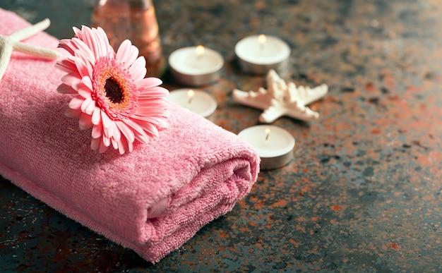 Elementy spa z ręcznikiem i świecami
