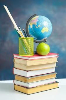 Elementy szkolne z książkami i globusem ziemi