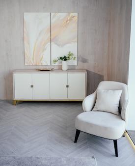 Elementy w stylu skandynawskim jasny klasyczny nowoczesny luksusowy salon z drewnianymi, białymi, marmurowymi detalami, nowe stylowe meble, komoda, przytulny fotel. minimalistyczny nordycki wystrój wnętrz