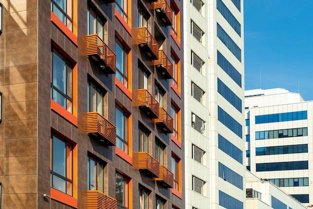 Elementy wieżowców osłonięte blachą z oknami i balkonami