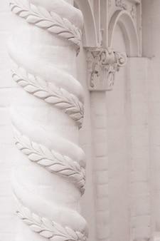 Elementy wystroju architektonicznego budynków, sztukaterie gipsowe, faktura ścian, ozdoby i wzory tynkowe