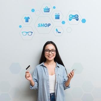 Elementy zakupów online z uśmiechniętą kobietą