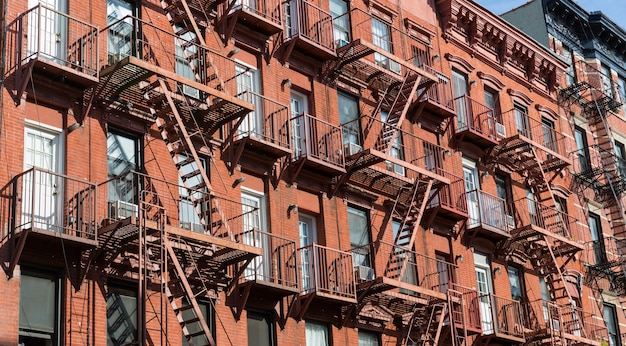 Elewacja budynku z cegły.