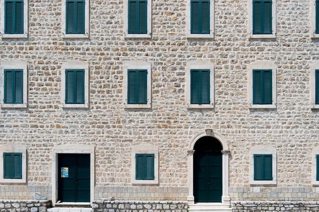Elewacja ściany z zamkniętymi oknami na starym mieście