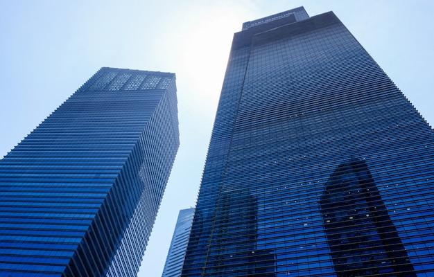 Elewacje szklane wieżowca. nowoczesne budowle. ekonomia, finanse, koncepcja działalności gospodarczej.
