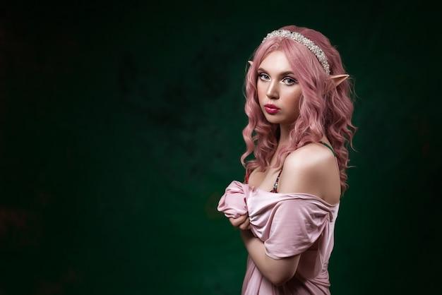 Elf dziewczyna z różowymi włosami. kobieta fantasy.