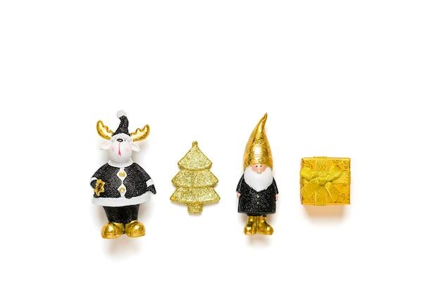 Elf, jeleń, drzewo, pudełko ozdobione złotym blaskiem w kolorze czarnym, złotym na białym tle. szczęśliwego nowego roku, koncepcja wesołych świąt