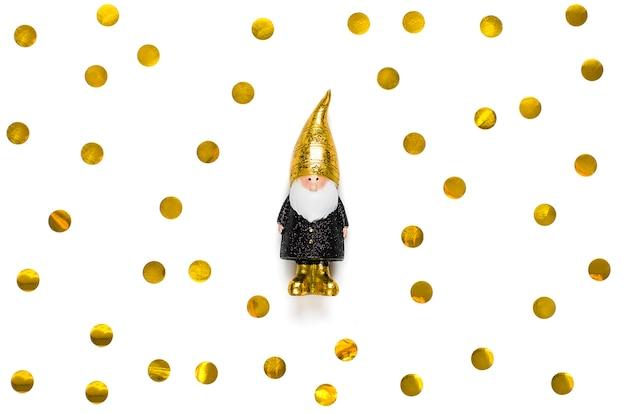 Elf ozdobiony cekinami w kolorze czarnym, złotym na białym tle.