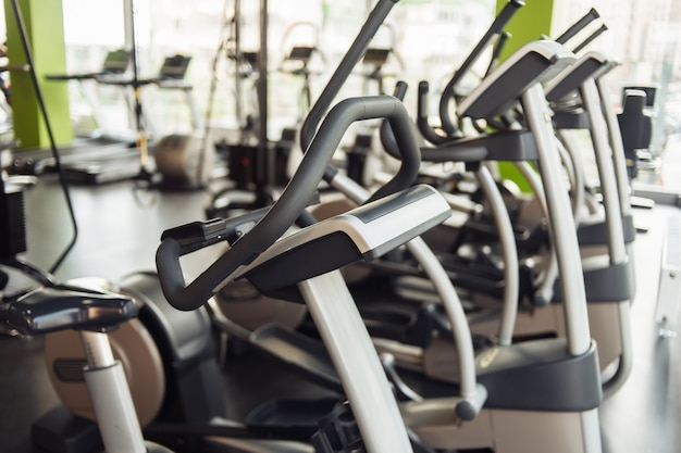 Eliptyczne maszyny do ćwiczeń na siłowni. fitness, koncepcja zdrowego stylu życia.