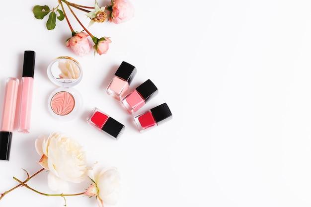 Elitarny produkt do pielęgnacji skóry twarzy w ampułce, stylowe, modne produkty do makijażu oraz kosmetyki dekoracyjne do makijażu kobiecego. moda, uroda, kobieca koncepcja i róże na białym tle.