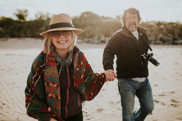 Emerytowana para seniorów korzystających z wakacji przy plaży