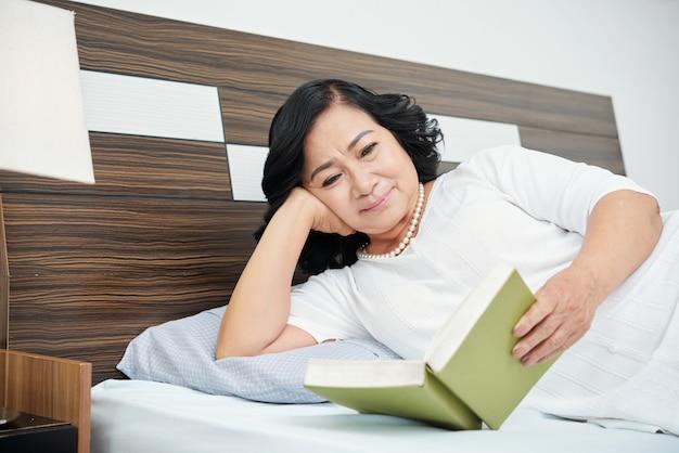Emerytowany kobieta czytanie książki