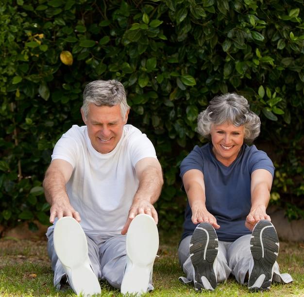 Emerytowany para robi swoje ćwiczenia