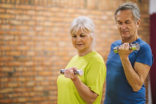 Emerytowany para w siłowni