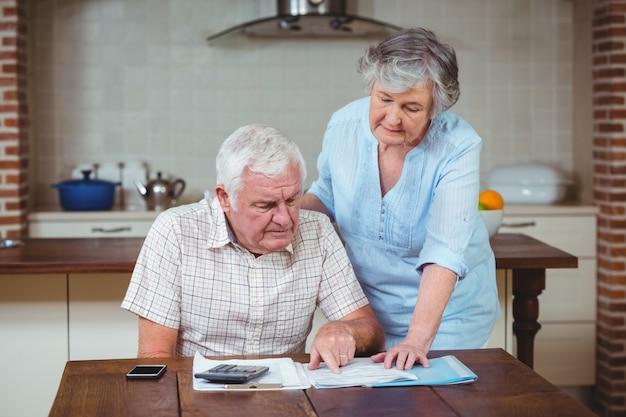 Emerytowany starszy para obliczania rachunków