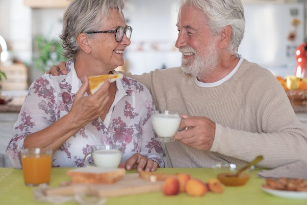 Emerytura starszy para kaukaski styl życia śniadanie koncepcja szczęścia