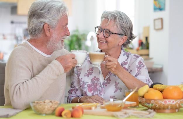 Emerytury senior kaukaski para jedzące śniadanie w domu, koncepcja szczęśliwego stylu życia