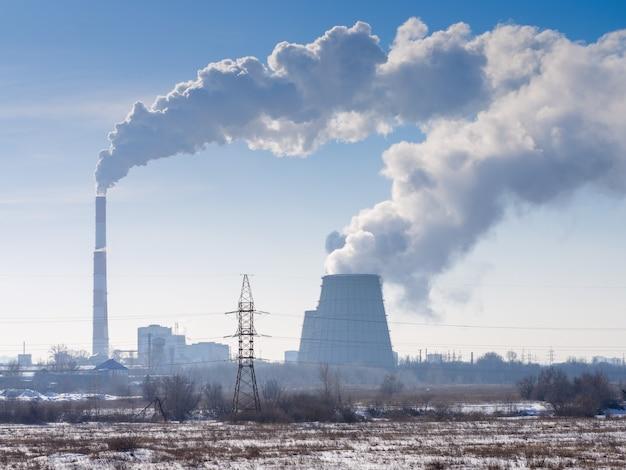 Emisje do atmosfery przedsiębiorstwa przemysłowego na obrzeżach miasta