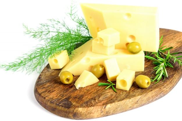 Emmental ser, oliwki i koperek z rozmarynem na tnącej deski zbliżeniu. przestrzeń.