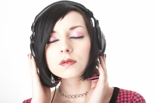 Emo dziewczyna w telefonach głowy na białym tle