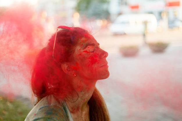 Emocje, ludzie, piękno, moda i koncepcja stylu życia - portret pięknej dziewczyny pełnej kolorowego pudru na całym ciele