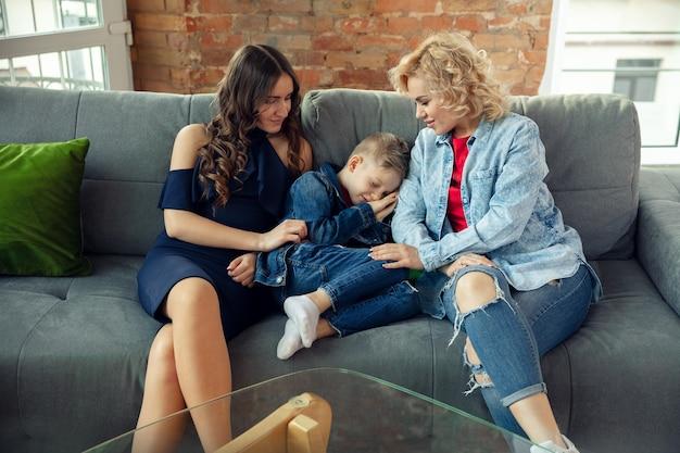 Emocje. mama, syn i siostra bawią się w domu