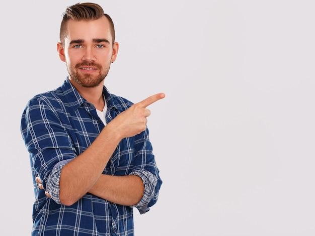Emocje. młody człowiek w niebieskiej koszuli