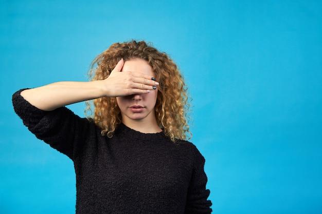 Emocje. nie chcę widzieć. rude kobiety kręcone zasłaniając oczy rękami.
