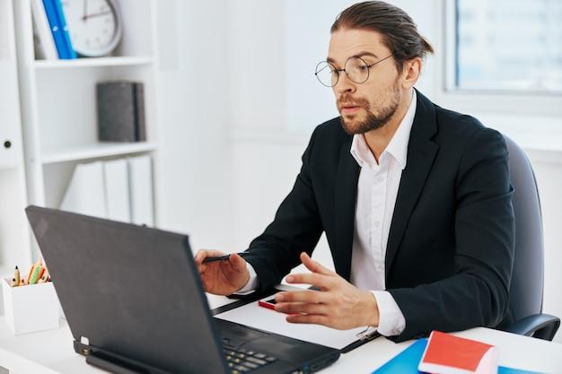 Emocje pracy menedżera przed technologią laptopów