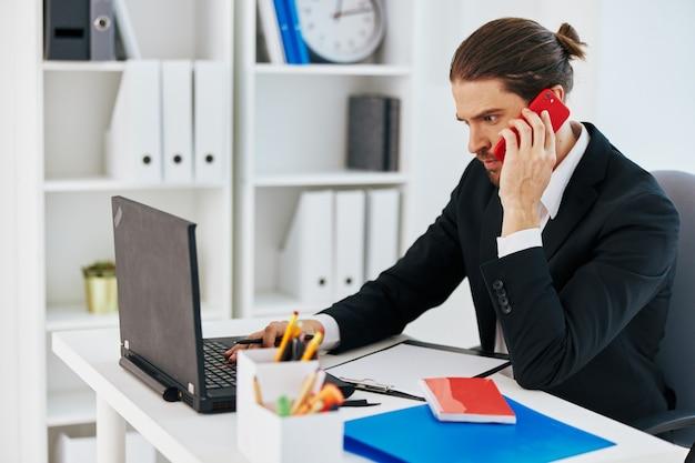 Emocje pracy pracownika biurowego przed technologią komunikacji w laptopie