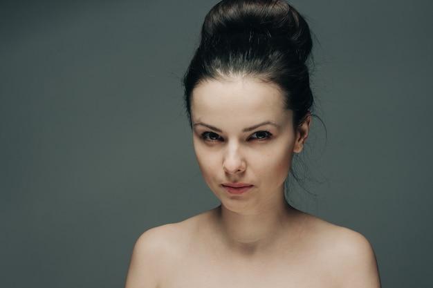 Emocjonalna brunetka z odkrytymi ramionami z bliska portret przycięty widok.