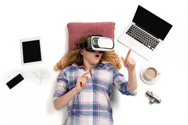 Emocjonalna caucasian kobieta używa gadżety, technologie. urządzenia łączące ludzi podczas kwarantanny