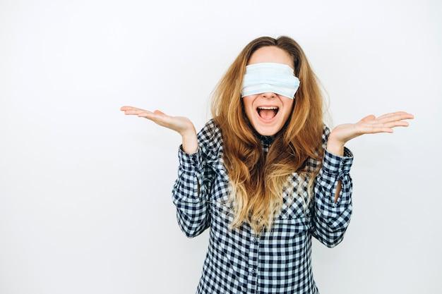 Emocjonalna dziewczyna w medycznej masce na bielu. jak chronić przed koronawirusem? kobieta w panice z powodu covid 2019.