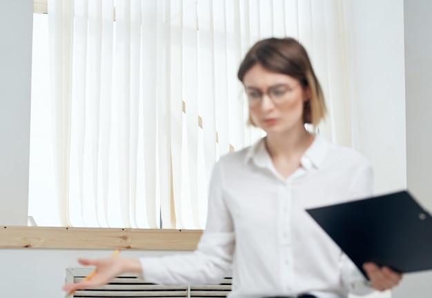 Emocjonalna kobieta biznesu w białej koszuli sekretarka profesjonalista