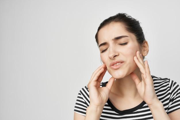 Emocjonalna kobieta dyskomfort ból zęba leczenie stomatologiczne światło tło