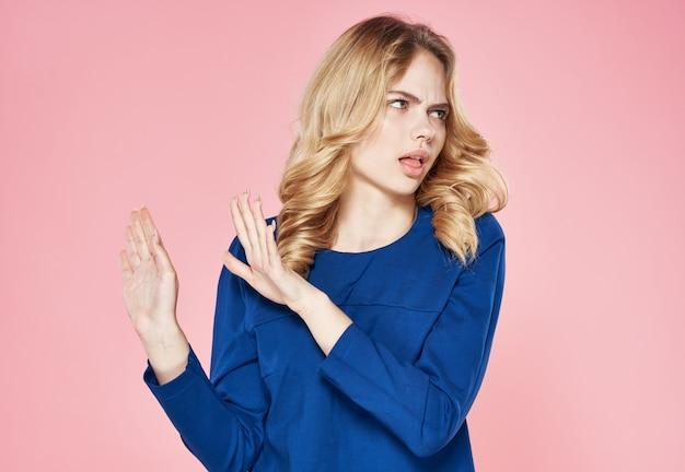 Emocjonalna kobieta niebieska sukienka styl życia niezadowolenie różowe tło