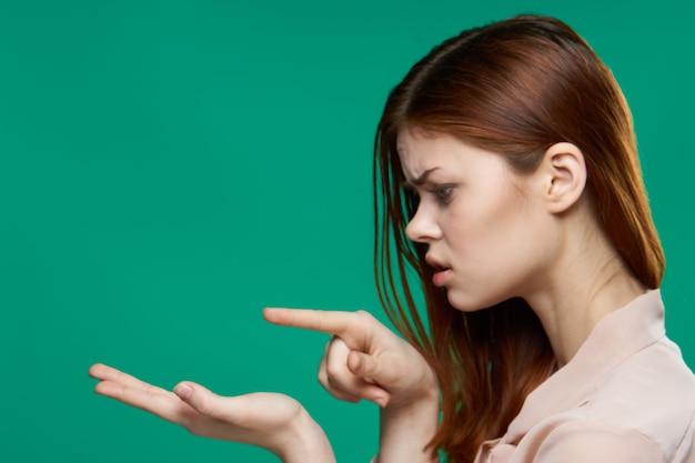 Emocjonalna kobieta patrząc na palmy studio przycięty widok zielony